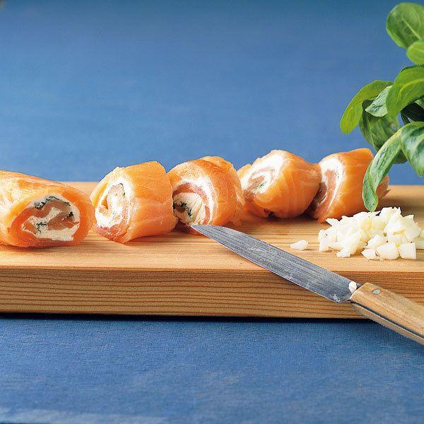 Ein kaltes Gericht, das sich wunderbar vorbereiten lässt, denn die Lachsröllchen müssen einige Zeit ziehen. Ideal auch für ein kaltes Büfett.