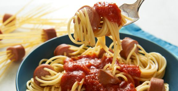 These spaghetti hot dogs are also delicious with whole grain or whole wheat pasta.
