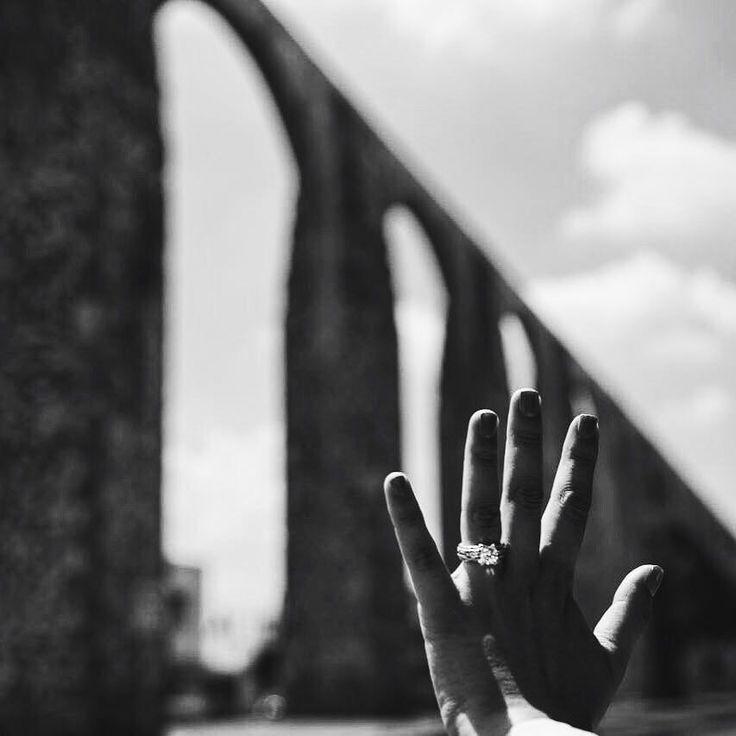 """""""Querétaro no es una palabra es un rumor de los cielos dorados alas cantos despedidas y agradecimientos"""". -Verónica E. Llaca """"El rumor emplumado"""". Feliz 486 aniversario Querétaro   #queretaro #felizaniversario #486 #queretaromx #miqueretarolindo #blackandwhitephoto #arcos #acueducto #hito #architecturephotography  #selfiering"""