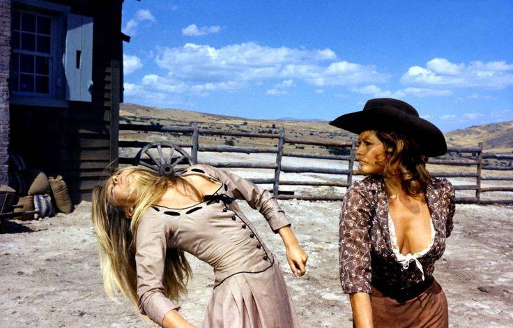 Deux ans plus tard, Claudia Cardinale lui colle une bonne droite dans «Les Petroleuses» de Christian-Jaque. Brigitte Bardot aime encore jouer avec son image.