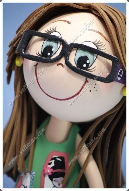 Fofucha personalizada con gafas, shorts vaqueros, sandalias y camiseta pintada a mano. Un regalo de su madre para Irene.  Todas mis muñecas está registradas y está prohibida su copia.   www.xeitosas.com