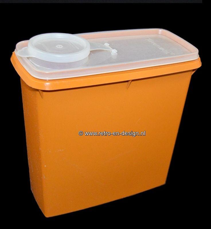 Vintage Tupperware oranje voorraadbus 60/70  Mooie grote en altijd handige voorraadbus van Tupperware in de kleur oker/oranje met doorzichtig goed afsluitbaar deksel. Het deksel is tevens voorzien van een afsluitbare strooiopening. Jaren 60/70 met normale gebruiksporen. zie: http://www.retro-en-design.nl/a-43746332/tupperware/vintage-tupperware-oranje-voorraadbus-60-70/