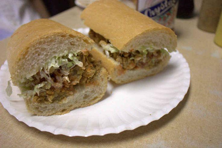 ニューオーリンズ po'boy(エビフライ、平和をつくり出す(ベーコンとチェダー)、余分な破片ソース添えローストビーフ炒め牡蠣 - その無愛想Leidenheimerパンの間詰め)Domiliseさんで。昼食-TUR