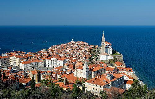 Piran Szlovénia s egyben az Észak-Adria legszebb tengerparti városa. Egy kis félszigetre épült ugyanúgy mint Rovinj vagy Porec. A Tartini tér Piran központi tere. Itt található a legtöbb műemlék. Érdemes innen felfedezni a város további látnivalóit, utána csobbanjunk egyet a helyi tengerparton!