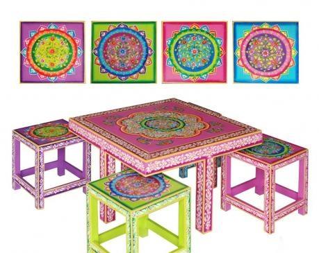 Uite de regulile designului conventional. Lasa-te inspirat de arta indiana si creeaza decoruri inspirate din povestirile Seherezadei. Atat masa, cat si scaunele sunt pictate manual in culori vibrante puse in evidenta prin detalii cat mai ornamentale.