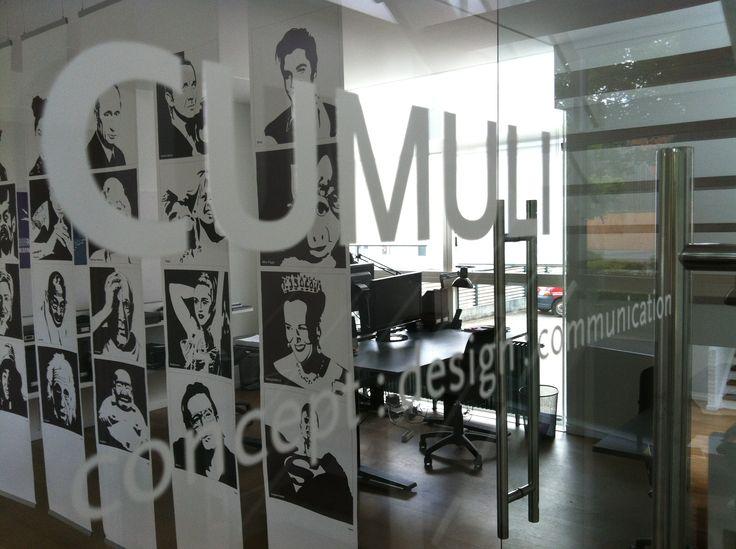 Kig gennem glasdøren til kontoret på 1. sal.