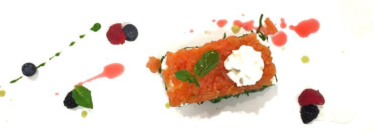 #Chevengaprestolaprimavera  #Tartare di #Salmone #marinato alle #erbe e #agrumi su #crudité di #spinaci e #stracciata di #bufala.  Condimento di #aceto di #lamponi, #spuma di #yogurt, #menta e #pesto di #prezzemolo alle #mandorle.  #NonSaràGourmetMaÈComePiaceAMe #ColorTerapy