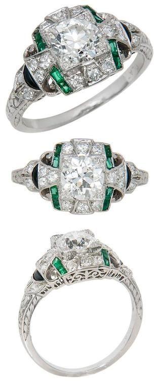 Art Deco de platino, diamante, esmeralda y el anillo de compromiso de ónix. 1930 Todo es Art Deco anillo de compromiso original, con un diamante de 0,88 quilates centro y un conjunto de montaje con pequeños diamantes, esmeraldas y ónix y ha grabado diseños abajo de los hombros.