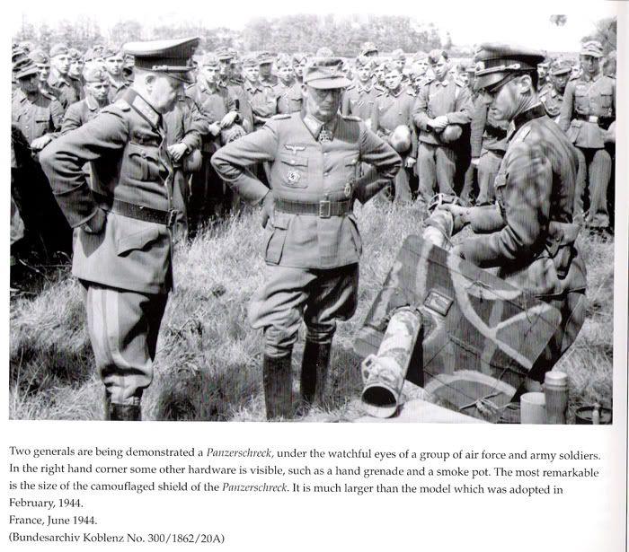 """General der Panzertruppen Adolf Kuntzen bei der Vorführung einer Panzerabwehrwaffe, Raketenpanzerbüchse (""""Panzerschreck"""" / """"Ofenrohr"""");"""