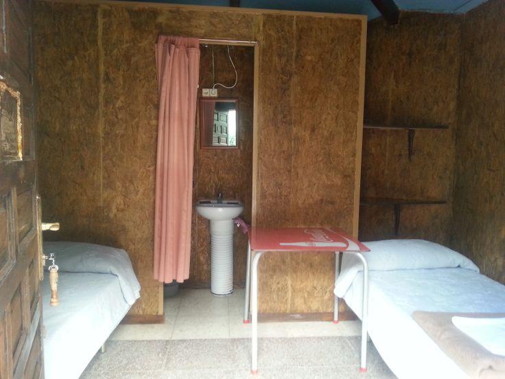Cabaña para dos personas. Dos camas. Aseo con ducha y agua caliente Calefacción 30 euros x noche Posibilidad de descuento por alquiler larga temporada.