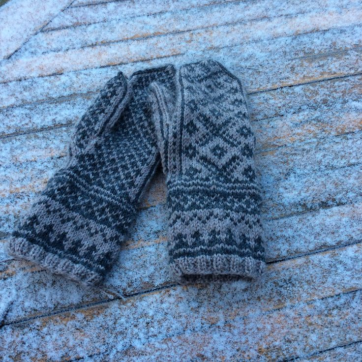 Tumvantar/Silver dream mittens by DROPS design in DROPS Karisma  DROPS 157-8