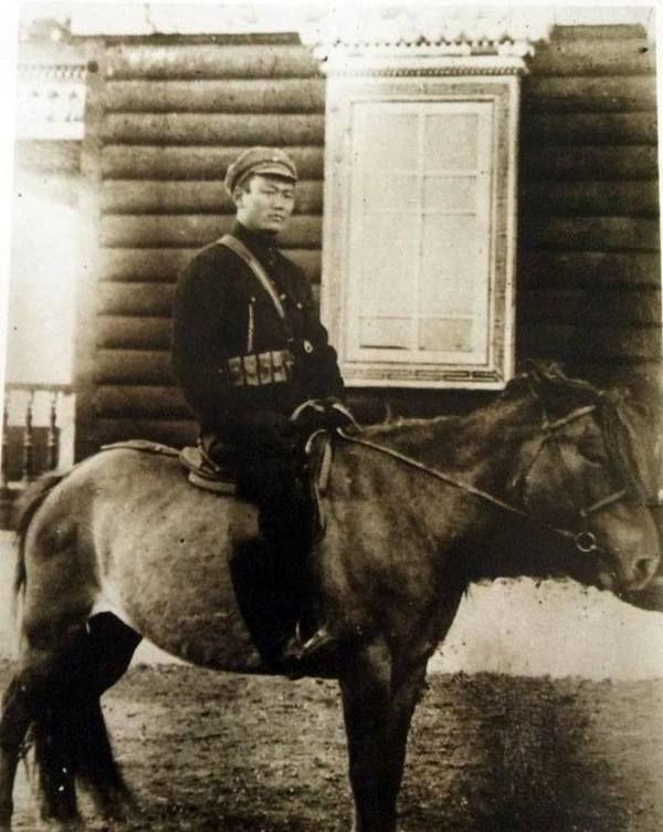 Primeiro Vice-Ministro dos Assuntos Militares e comandante militar, Tamdrin Sukhbaatar ou Sukhe Bator, 1921-1922.