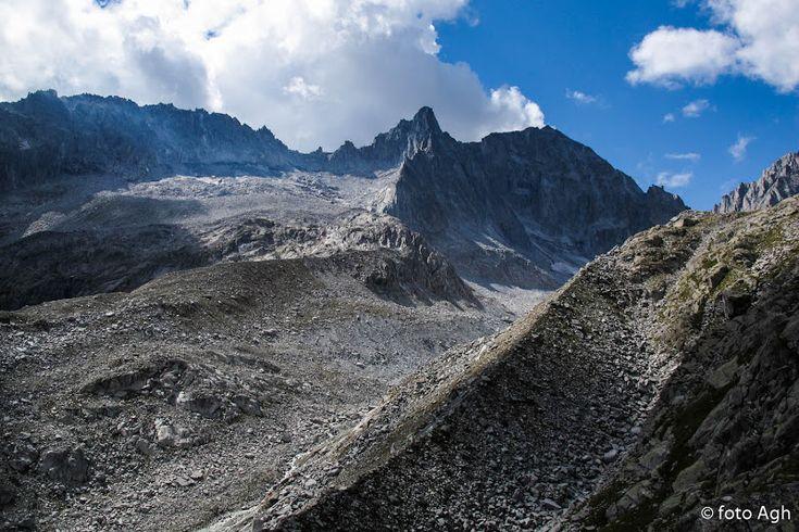 Monte Nero e Presanella con la morena di Val d'Amola, scendendo da cima Cornisello, un itinerario impegnativo senza sentieri. ● http://girovagandoinmontagna.com/gim/adamello-presanella/(presanella)-ravanata-a-cima-cornisello-m-3158/