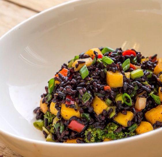 salada de arroz negro colorida manga alho porò cebolinha alface tomate