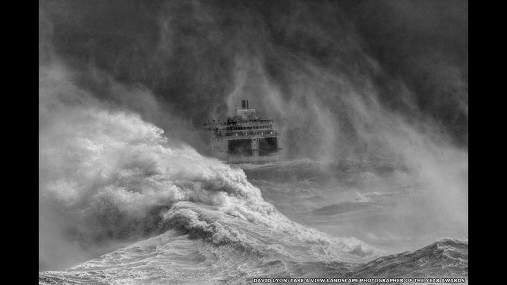 ferry abandonando la bahía de Newhaven, en el condado de East Sussex, en el sudeste de Inglaterra.