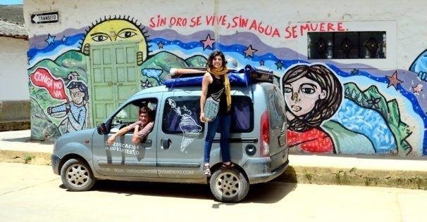 """El viaje documental de """"La educación en movimiento"""" es un recorrido a través del cual Malena y Martín recopilan experiencias, entrevistas y cortos a fin de editar un documental completo sobre el avance de la educación popular en toda la región"""