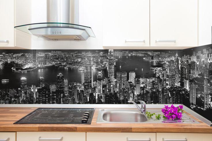 kitchen glass splashback  Nowoczesna #kuchnia z czarno-białą fotografią miasta na szklanym panelu. Lubimy takie połączenia:) #kitchen #panelszklany #panelkuchenny