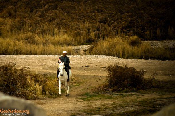 Berkuda di Area Kawah Sikidang   http://www.geonation.org/jawa-tengah/sikidang-menggelegak-di-dataran-tinggi-dieng/