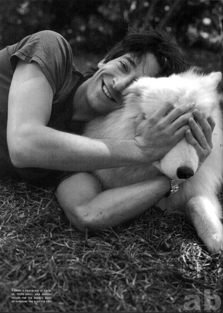 Adrian Brody & dog. (photo via aeropuertos)