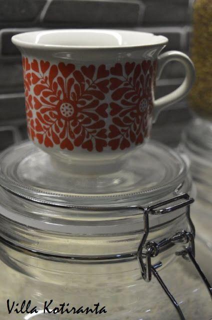 Lasiset säilytyspurkit keittiön kuiva-aineille. Vanha kuppi mitta-astiana jauhoille. / Glass jars for storing food ingredients in kitchen. An old coffee cup as a measuring dish.