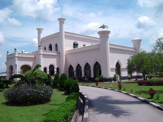 Siak Palace Museum is the building of the kingdom's largest Islamic Melayu Riau, the kingdom Siak Sri Indrapura. Museum in the form of the royal palace complex built by Sultan Siak Siak 11th, Assyaidis Sharif Sultan Hashim Abdul Jalil Syaifuddin in 1889 AD and called the Palace Asserayyah Hasyimiah also known as the Palace of the Sun East.