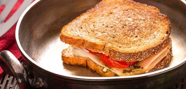 Panini com tomate assado, pesto e peito de peru