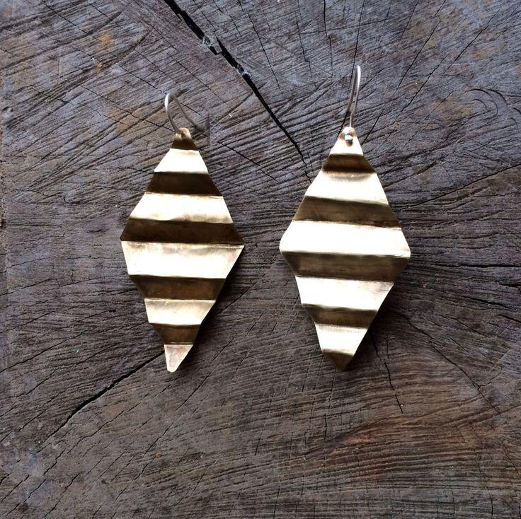 Bronze geometric earring :: Caro Fischer :: Joyería Contempránea de Autor :: Contemporary Handcrafted Jewelry