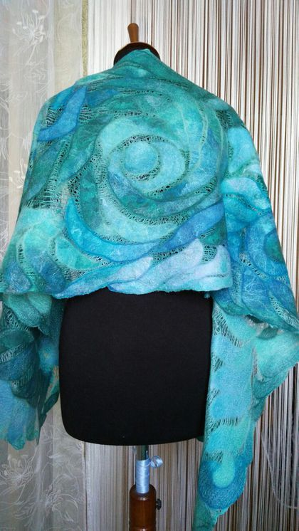 Купить или заказать Нуно-войлочный палантин(шарф) 'Мятные розы' в интернет-магазине на Ярмарке Мастеров. Продан за 6000руб. Воздушный, нежный, очень мягкий шарф-палантин цвета морской волны с плавающими переходами от нежно голубого до темно-зеленого, выполнен на разреженном шелке изумрудного цвета. Он украсит вас в любом образе! Имеет мерцающий блеск за счёт разнообразных волокон шелка. Могу выполнить на заказ по мотивам и в другой цветовой гамме. Точное повторение невозможно.
