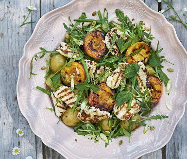 Pröva en naggande god sommarlunch med grillad halloumi och grillade persikor. Kombinera med yoghurt och mynta för en frisk smak. Tillsammans med färsk potatis och bönor får du en mättande måltid som smakar sommar.