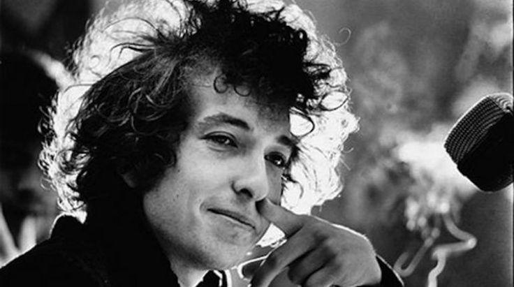 Bob Dylan non risponde all'Accademia svedese del Nobel Dopo quasi tre giorni dall'assegnazione del Premio Nobel (2016) per la Letteratura, a Bob Dylan, non c'e` stato ancora modo ne` di ricevere una risposta dall'artista, ne` di rintracciarlo direttament #bobdylan