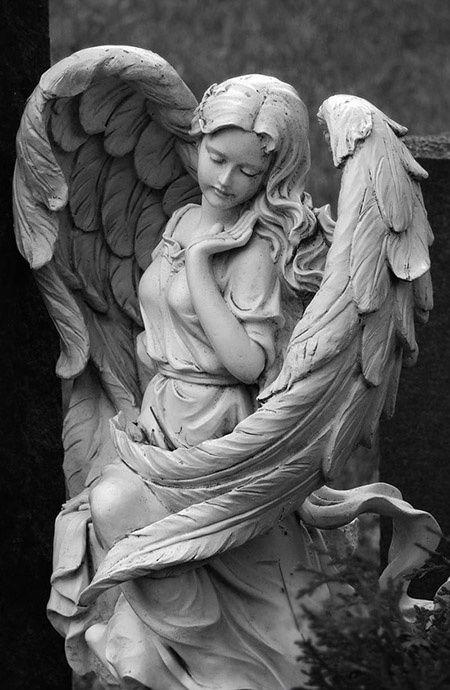 Estátua do anjo de guardião no cemitério