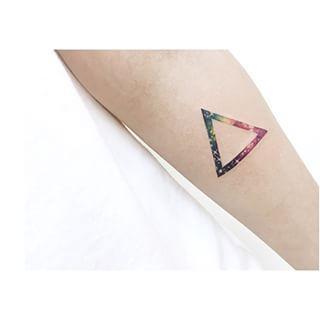 Y para los de alma minimalista. | 22 Tatuajes fuera de este mundo para los amantes del espacio