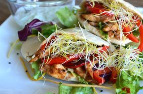 Pita kip teriyaki met zelfgemaakte tzatziki . Een makkelijke maaltijd waar je zeker van zult smikkelen! Wel even een half uurtje voor de marinade uittrekken!