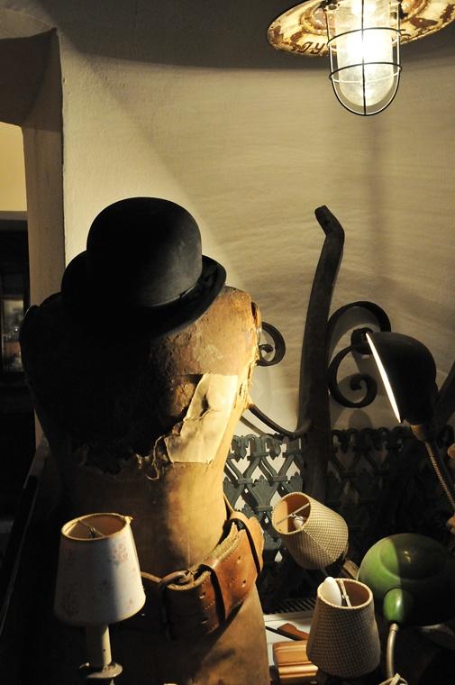 Saadettin Bey'in mağazasındaki objelerin her biri, en büyüğünden en küçüğüne, belirli bir düzenle yerleştirilmiş ve birbirleriyle ilgisiz gibi görünen parçalar ustalıkla biraraya getirilmiş.