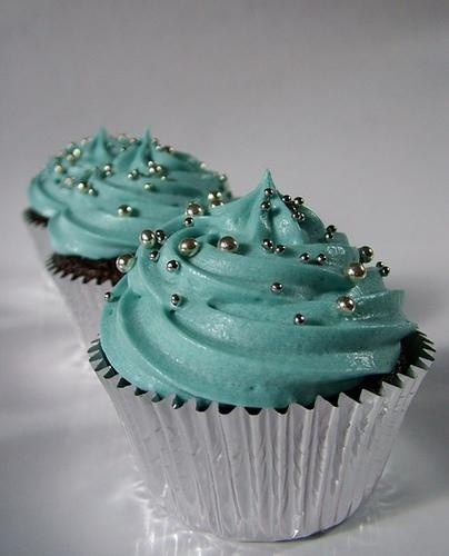 turquoise and grey...I really <3 this color combo for the home these days!! So why not on a cupcake?!