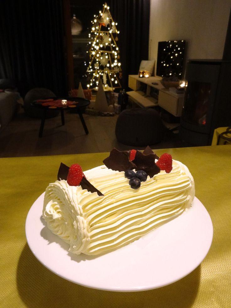 Ceppo di Natale faccio da me con crema al burro, lamponi e stelle di cioccolato , homemade christmasstump with pastry cream filling and red fruits, buttercream finish with raspberries and chocolate on top.