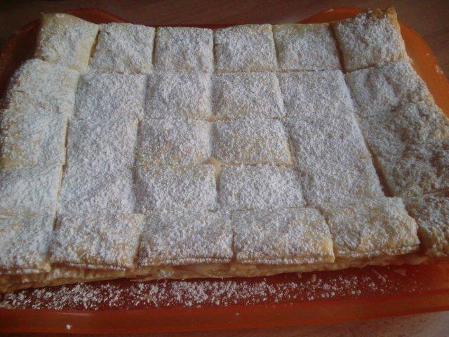 Das perfekte Cremeschnitten aus Siebenbürgen-Rezept mit einfacher Schritt-für-Schritt-Anleitung: Jede Blätterteigplatte auf ein mit Backpapier…