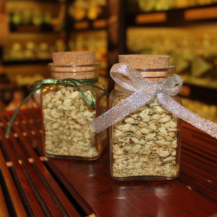 Жасмин -прекрасный, необычный цветок, со сладковатым, запоминающимся запахом. Привезенный в Европу в средние века негоциантами-путешественниками, жасмин сразу завоевал популярность своим неповторимым ароматом. Эфирные масла, полученные из цветков этого восточного кустарника, поднимают тонус, снимают мышечное и нервное напряжение, эффективно применяются для снятия стрессов. Кроме того, жасмин считается отличным афрозодиаком, избавляет женщин от фригидности, а мужчинам придает силу и…