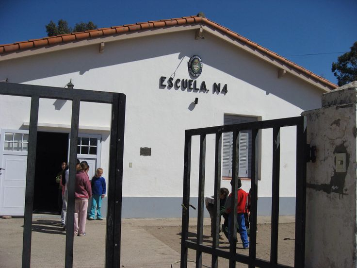 Este escuela es Argentina. El niños entre seis años y catorce años tienen ir a escuela. Debes pagar para escuela antes tienes catorce años.