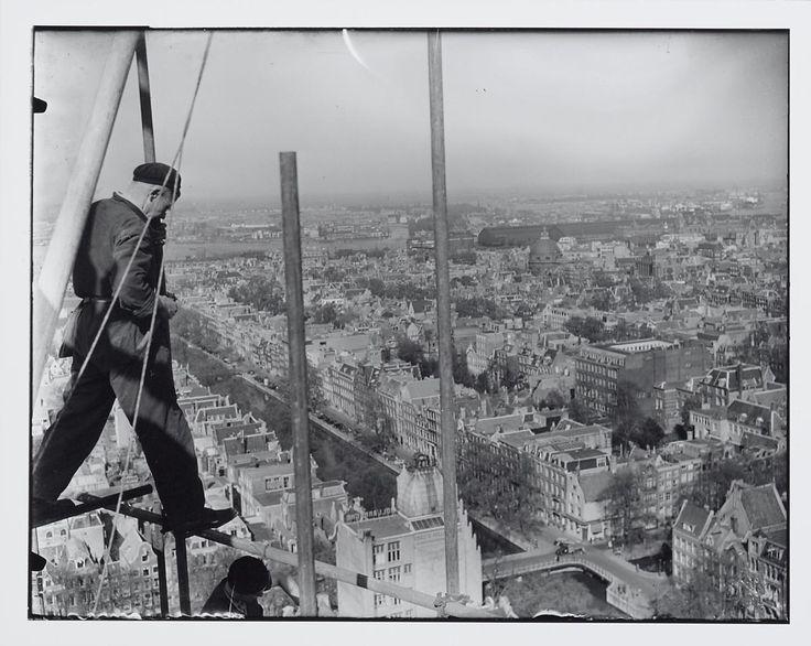 Man aan het werk op steiger. Panorama vanaf de Westertoren, Keizersgracht in noordelijke richting, Amsterdam.