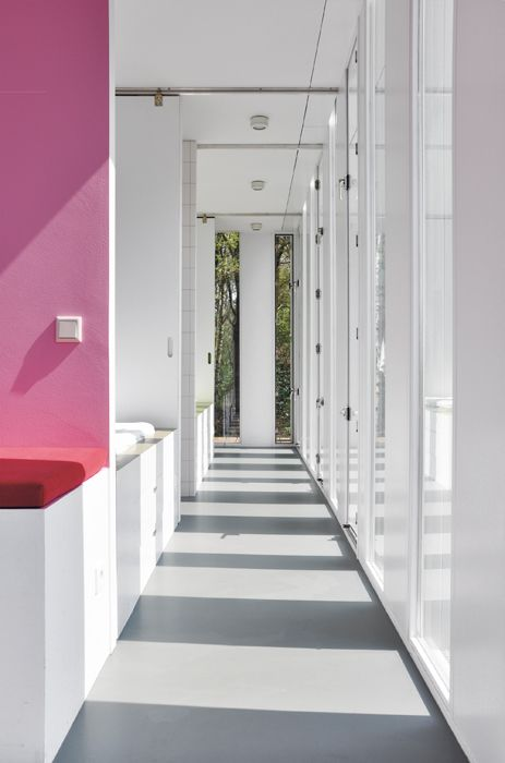 Merry-Go-Round by Ira Koers – The alcoves are connected by a corridor that runs all around the perimeter of the dwelling and opens onto the landscape.