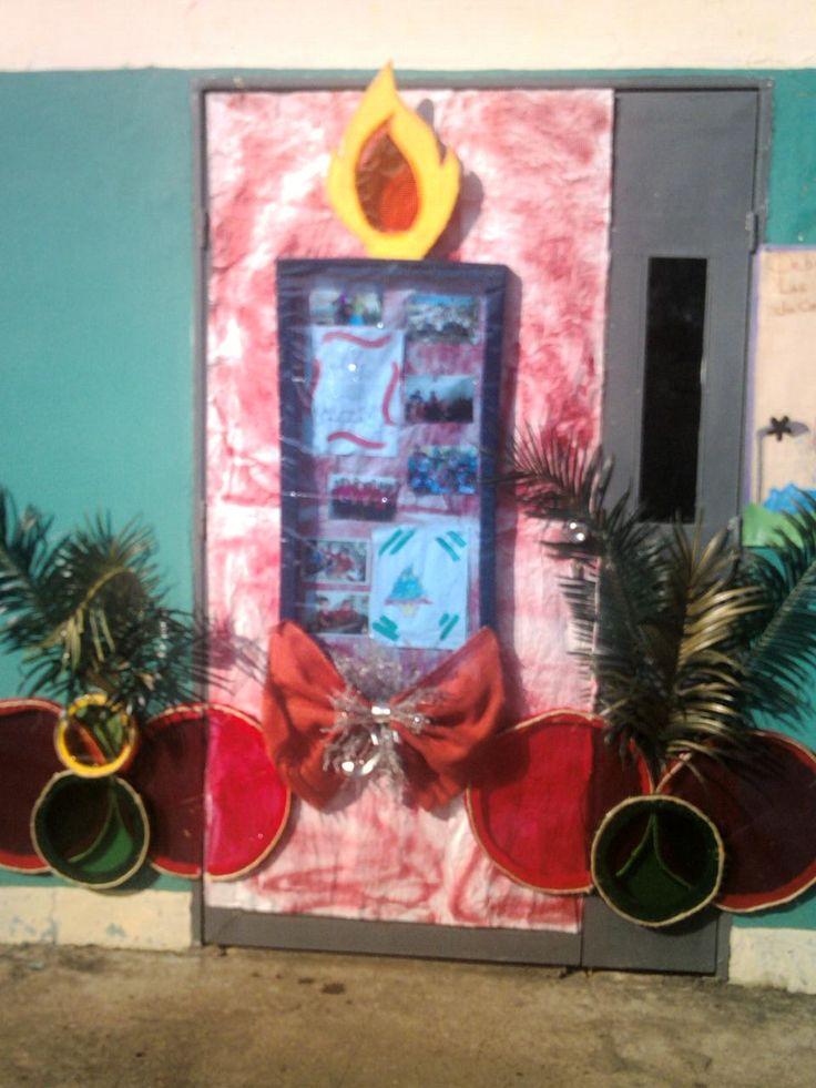 33 mejores im genes de decoraci n puertas navidad en for Puertas decoradas navidad material reciclable