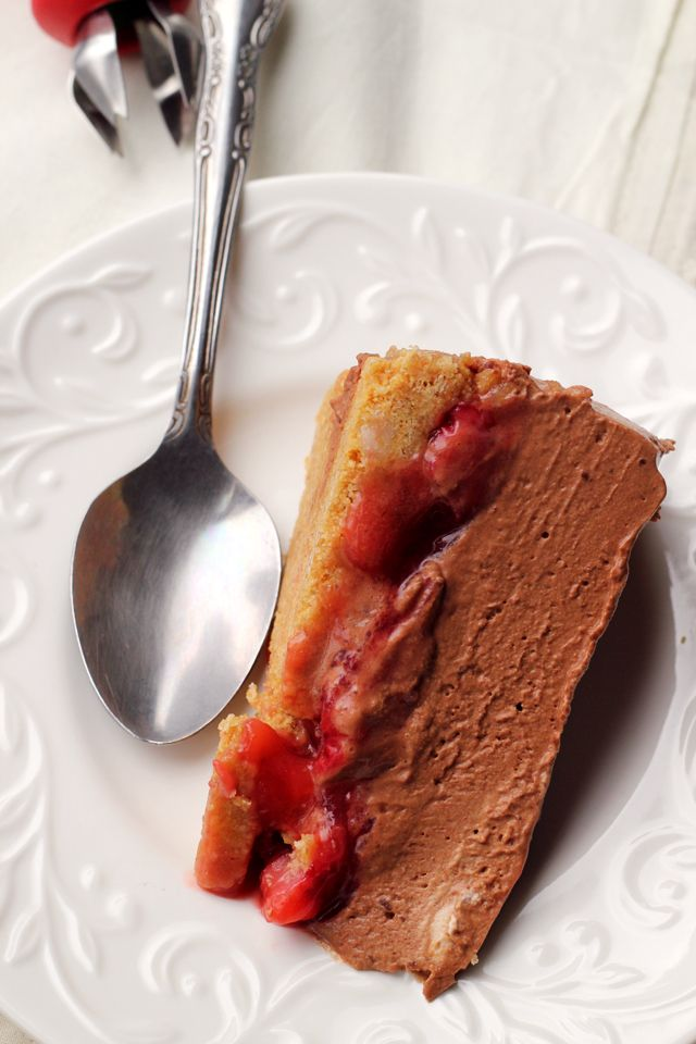 Chocolate Mousse-Covered Strawberry Pie: Mousse Cov Strawberries, Chocolates Strawberries Pies, Chocolate Strawberries, Baking Recipes, Chocolates Mousse Cakes, Desserts Sweets Pies Tarts, Covers Strawberries, Chocolates Mousse Cov, Chocolate Mousse Cake