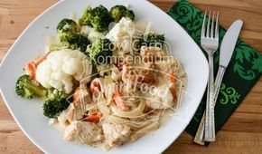 Zwiebel-Sahne-Geschnetzeltes mit Blumenkohl & Brokkoli. Gemüse mit wenig Kohlenhydraten für die Low Carb Ernährung in einem leckeren Rezept