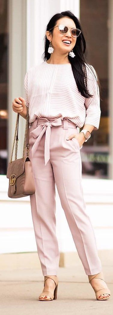 #spring #outfits woman wearing white sweatshirt and pink pants carrying pink leather bag. Pic by @cutenlittle