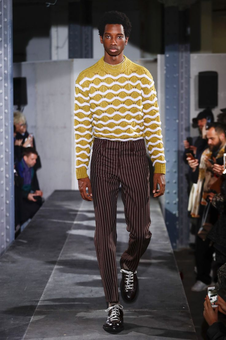 The complete Acne Studios Fall 2018 Menswear fashion show now on Vogue Runway.