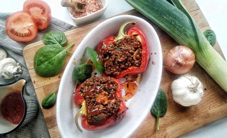 Fyldt peberfrugt bagt i ovn med linser, champignon, spinat, hvidløg, porre, ost, chili, tomat samt sweet chili sauce... tilbehør til aftensmad der bestod af en varm salat; broccoli, edamame bønner og kylling 🐤 #lentils #stuffed #peppers #spinach #garlic #sweetchili #myproteindk #myprotein #paprika #paprikor #fitfamdk #recepy #opskrift fylld fyllda fav