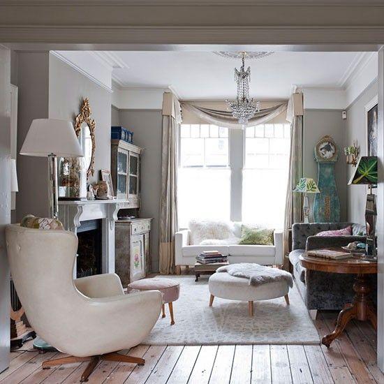 Kleur en comfort zijn essentiële ingrediënten voor een woonkamer. Het tapijt en de bank zijn eigentijds, terwijl de sierlijke kroonluchter en vergulde spiegel een vintage gevoel toevoegen.