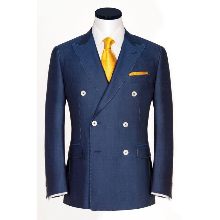Считалось, что двубортные костюмы давно вышли из моды, а однобортные отлично подходят для всех случаев жизни. Однако мода на двубортные пиджаки стремительно возвращается.