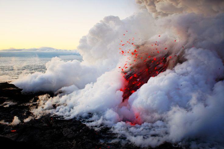 Quando la lava tocca l'acqua? #NickSelway e le sue eccezionali foto di #vulcani hawaiani